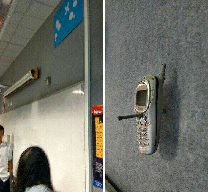 """19 """"Мой учитель прибил к стене телефон одного из учеников, который пользовался им в классе 20 лет назад. Он до сих пор здесь (может он и придумал эту историю, чтобы запугать учеников)"""""""