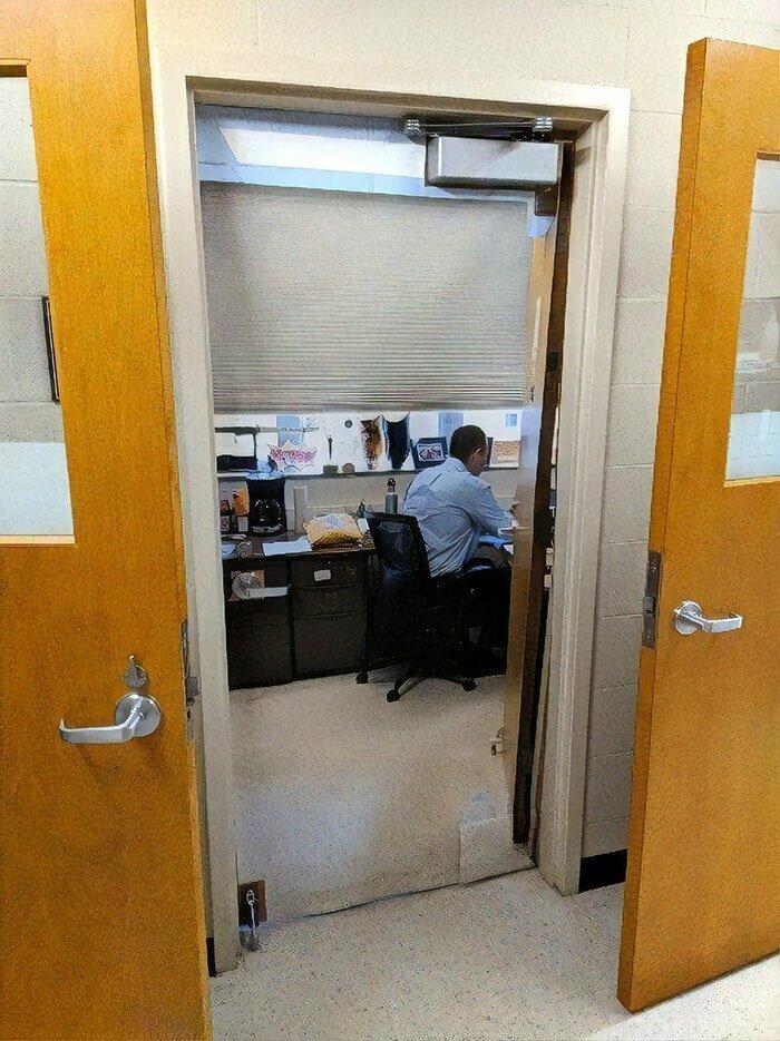 1. Дверь в кабинет преподавателя, на которую нужно посмотреть дважды