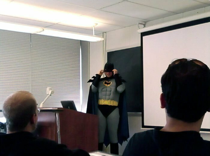 """11. """"Преподаватель сказал, что если 80% класса хорошо справится с тестом, он весь день будет ходить в костюме Бэтмена. Это фото с дня, когда мы получили оценки"""""""