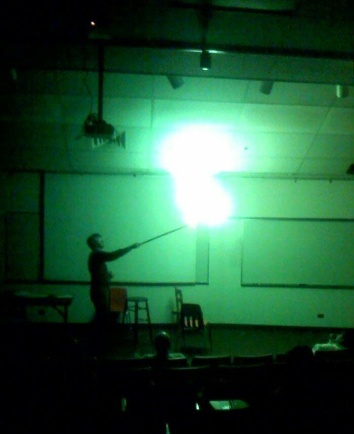 """21. """"Мой учитель, взрывающий шарик с водородом, выглядит как черный маг, демонстрирующий заклинание"""""""
