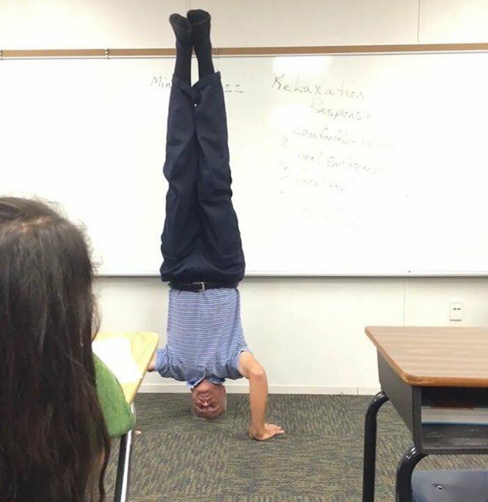 """28. """"Учитель физики на уроке по гравитации"""""""