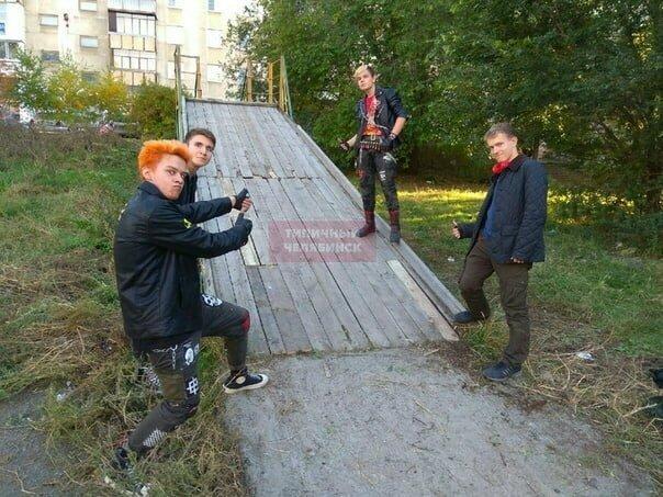 Панки в помощь: в Челябинске неформалы починили горку