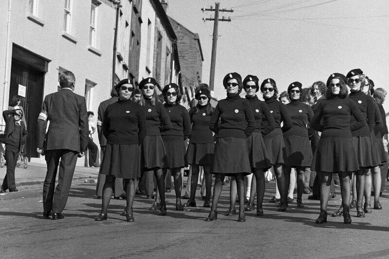 Женщины-члены ИРА из Кумана на МБане; снимок сделан в пасхальное воскресенье на улице Скотч, Даунпатрик., 1974
