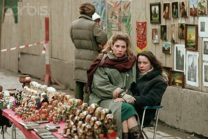 Торговля сувенирами на улице Арбат в Москве. 1991 г.