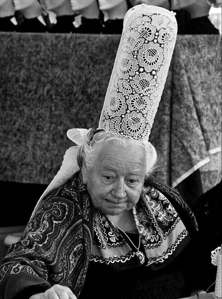 Традиционный головной убор женщины из Бретани, региона на северо-западе Франции, 1970 год.