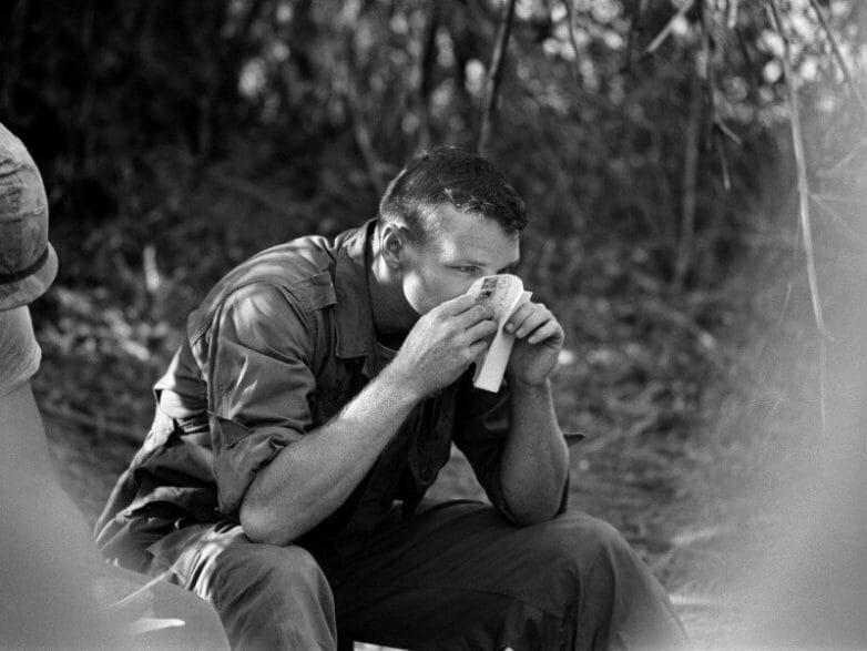 Рядовой Ричи нюхает письмо отправленное его подругой из Оклахомы и пропитанное запахом её духов, Вьетнам, 1966 год.