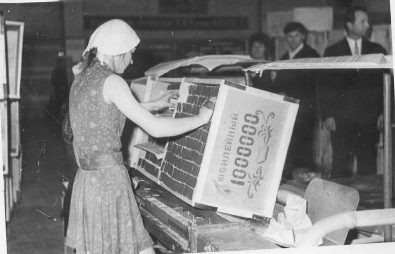 Спичечная фабрика. Томилова Т. упаковывает миллионный ящик. Череповец,1977г.