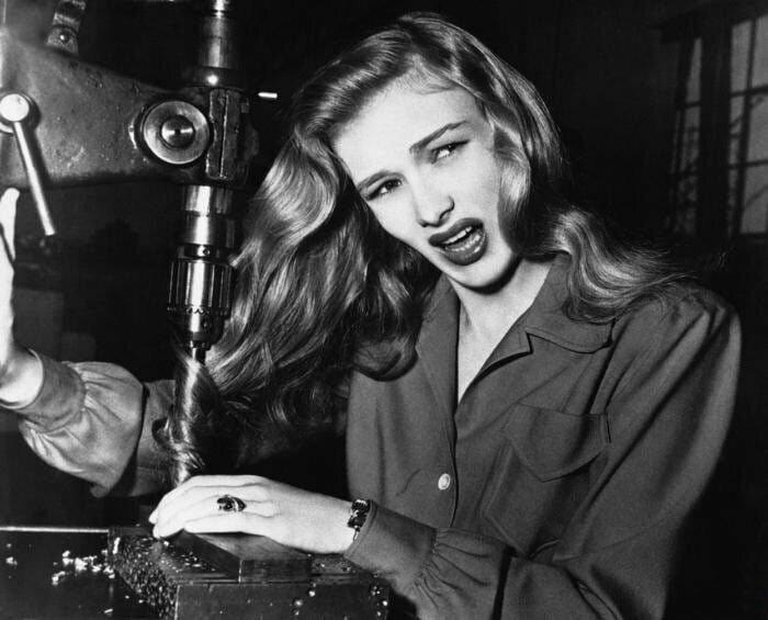 Актриса Вероника Лейк демонстрирует, что могло бы случится, если не убрать волосы при работе на сверлильном станке, США, 1943 год.