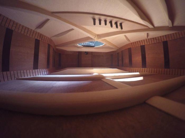 Внутри гитара выглядит, как огромная комната