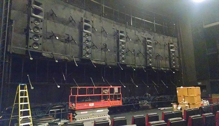 Вот так выглядит кинотеатр без полотна
