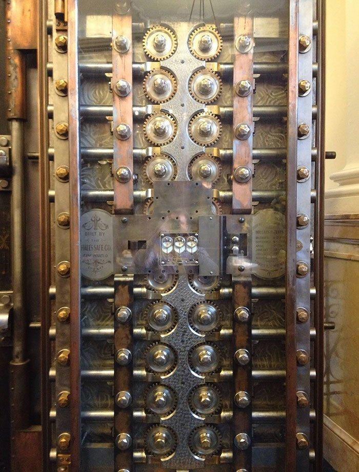 Дверь банковского хранилища