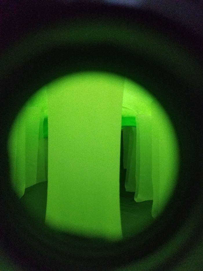 Внутри надувной матрас выглядит слегка инопланетно