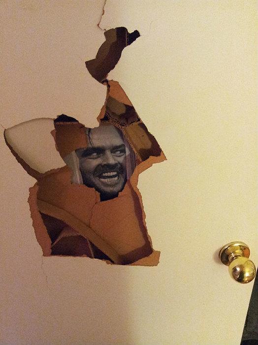 Была дыра в двери...