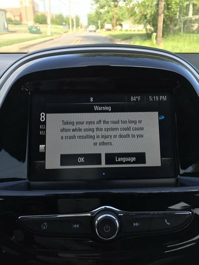 23. Бортовой компьютер показывает длинное предупреждение о том, что нельзя надолго отвлекаться от дороги. Показывает во время движения