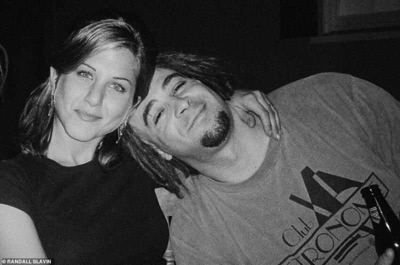 Дженнифер Энистон и Адам Дуриц (вокалист группы Counting Crows), 1995 г.