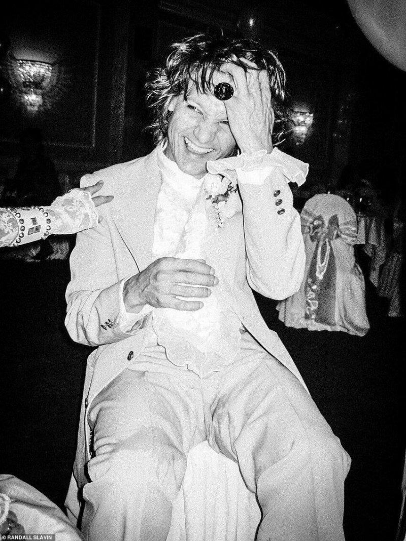 Джереми Реннер на вечеринке в стиле 80-х годов, 2005 г.