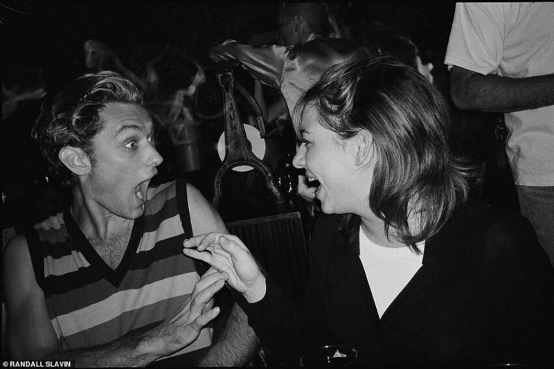 Джуд Лоу и Трейсли Фалько (продюсер), 1995 г.