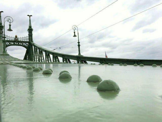 10. Мост в Будапеште выглядит словно река с камнями