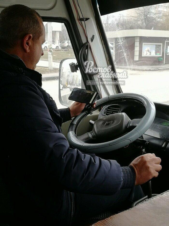 Хорошо, что хоть водитель не отвлекается и следит за дорогой...
