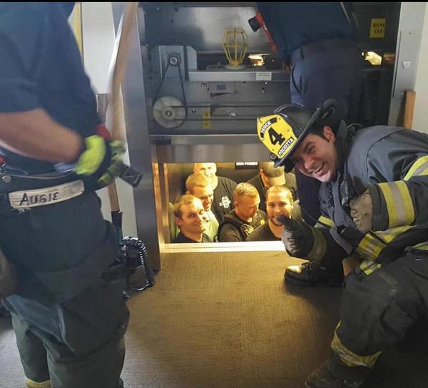 Пожарные спасли полицейских