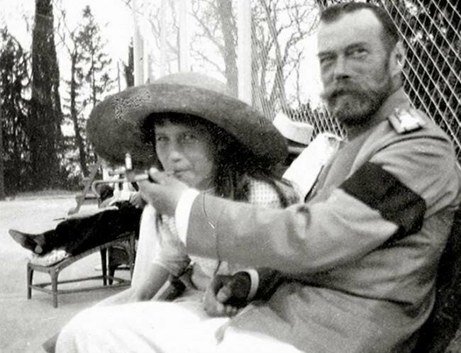 20. Княжна Анастасия пробует сигарету из рук отца, императора Николая II, 1916 год