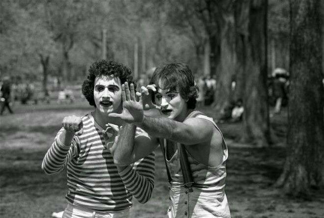 5. Раннее фото неизвестного ещё Робин Уильямс (справа) в Центральном парке Нью-Йорка, 1974 год