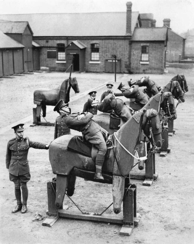 13. Новобранцы 7-го Королевского гусарского полка учатся балансировать на деревянных лошадях, 1935 год