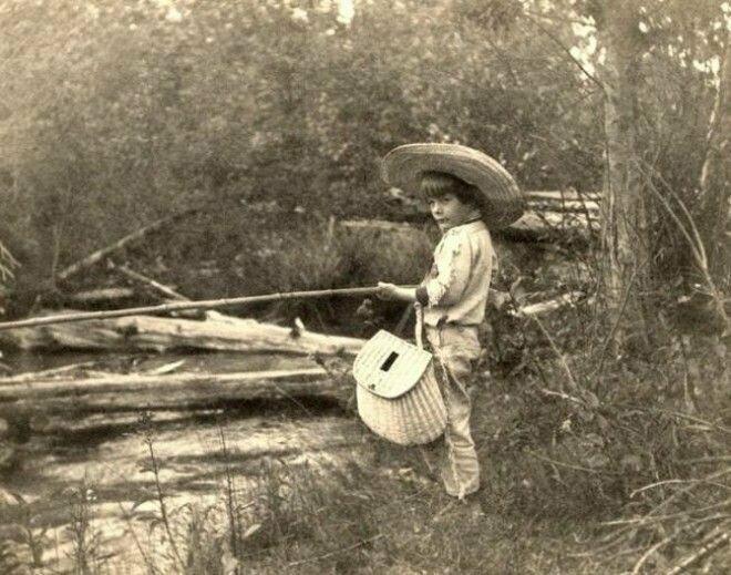 16. Маленький Эрнест Хемингуэй на рыбалке, 1904 год