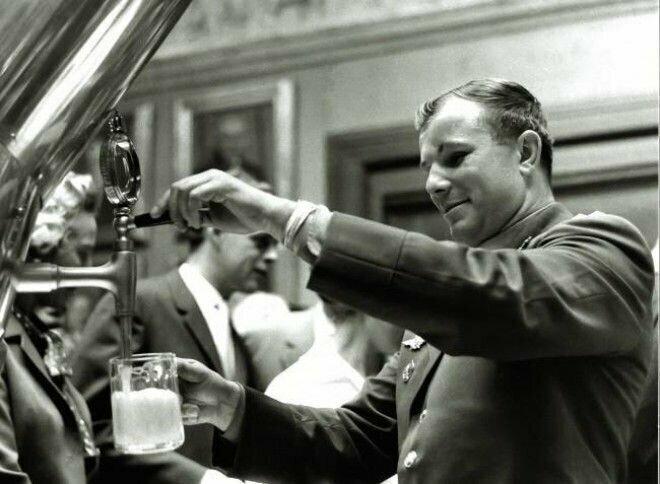 2. Юрий Гагарин во время посещения завода Carlsberg, 1962 год