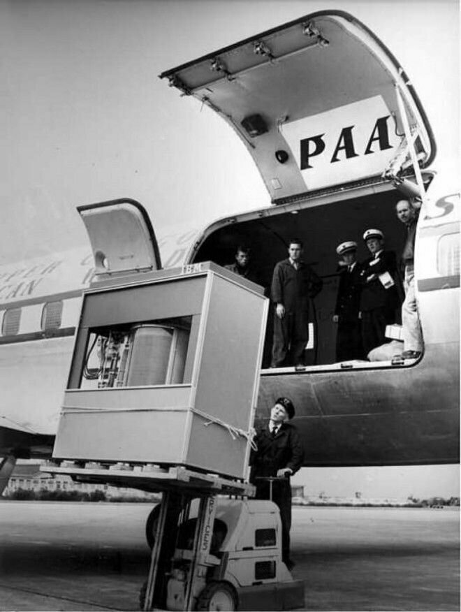 19. Первый жёсткий диск вместимостью 5 МБ загружают в самолёт, 1965 год