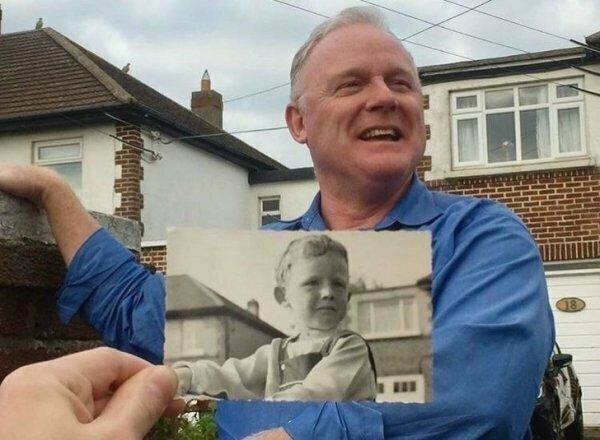 Мужчина воспроизводит фотографию 1963 года перед домом своего детства в Ирландии.