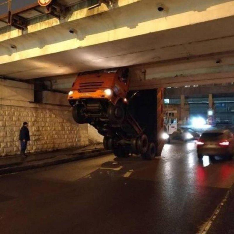 Низкий мост - горе для грузовика