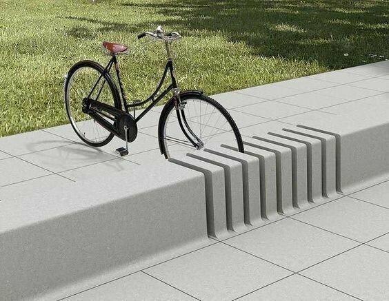 Зачем строить от дельные парковки для велосипедов, когда вокруг полно бордюров