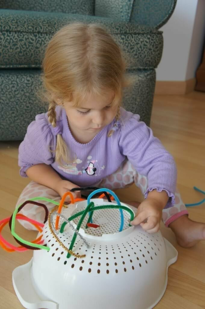 Выдайте ребенку дуршлаг и множество всяких трубочек и вервок, например разноцветных шнурков - вы не поверите, но он часами будет сидеть и пропихивать их в дырочки.