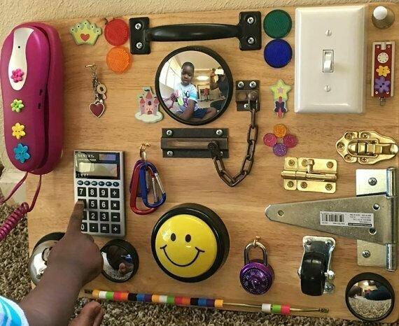Одно из самых гениальных изобретений, ныне выпускаемое массово - развивающая доска, на которую как-то гениальный родитель нацеплял кучу крючков, выключателей, замков, ручек и прочей мелочевки, которую можно крутить, вставлять, открывать часами