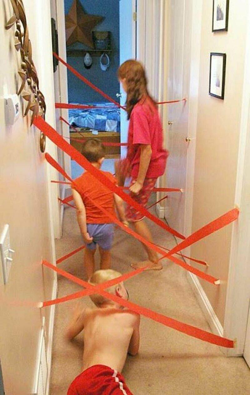 Устройте детям шпионский мир - натяните ленточки и пусть пытаются пролезть. Можно еще бубенчики добавить, для пущей наглядности