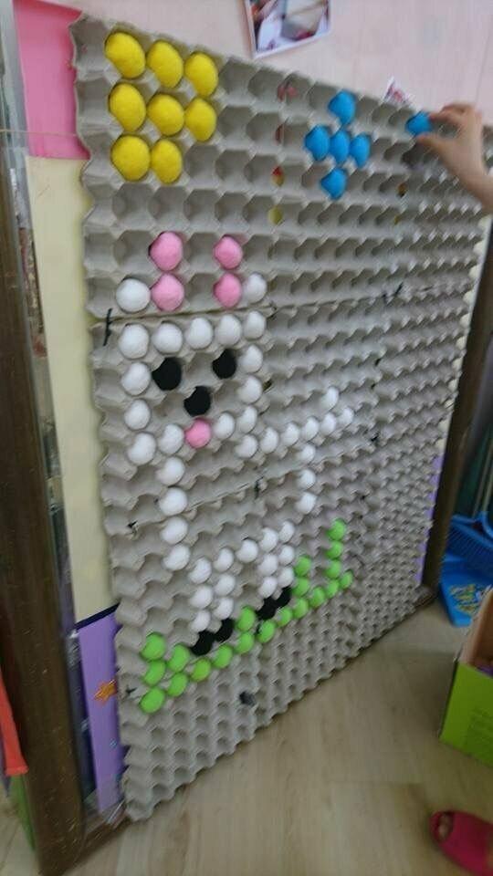 Это клетки для яиц и пенопластовые разноцветные шарики из которых можно складывать любые рисунки