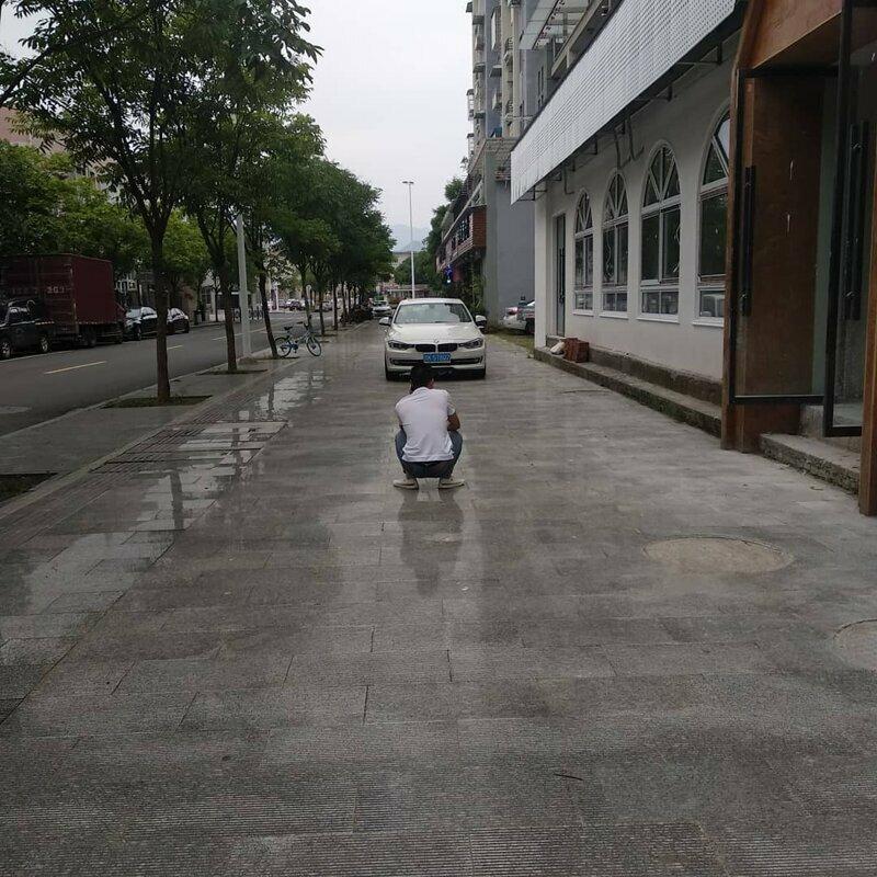 Китайцы любят сидеть в разных позах и местах, которые для нас противоестественные. Например: