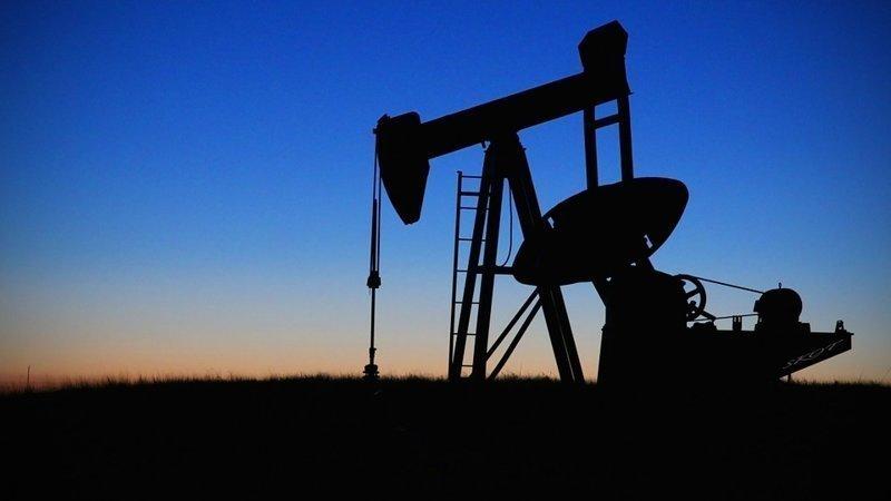 Крупнейшими запасами нефти располагает Венесуэла — 300,9 млрд баррелей, или 47 млрд тонн (17,7% от общемирового показателя). Россия является крупнейшим добытчиком нефти в мире