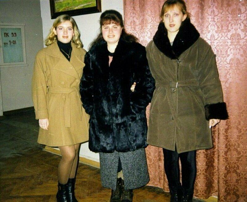 1. Девушек из 90-х можно узнать по гардеробу