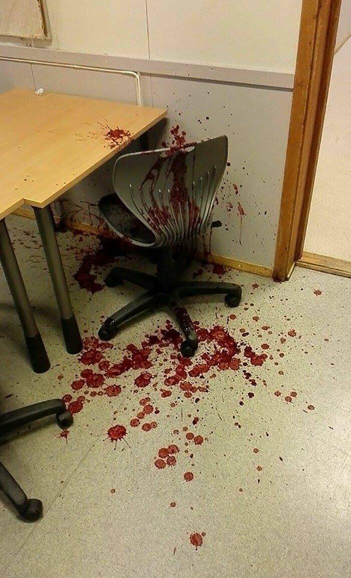 """""""Кто-то в классе пролил свой смузи и теперь это выглядит как место преступления"""""""
