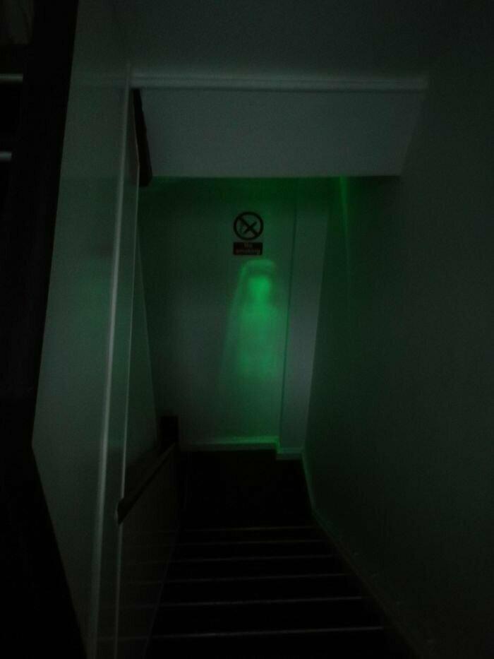"""""""Аварийное освещение на этой лестнице - новый источник моих кошмаров"""""""