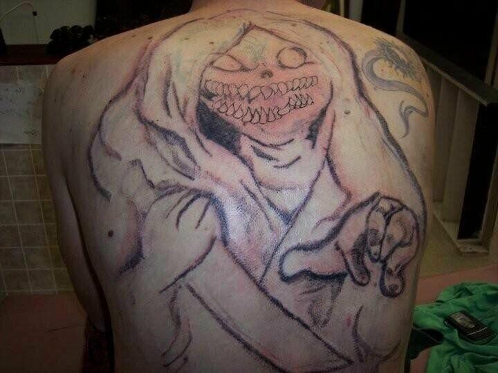 Неудачный татуировщик попался, не иначе