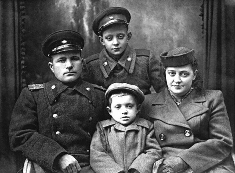 Лев Перфилов с мамой, братом и отчимом