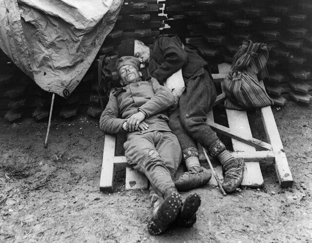 1. Отец приехал навестить сына - сербского солдата - на линию фронта под Белградом, 1914