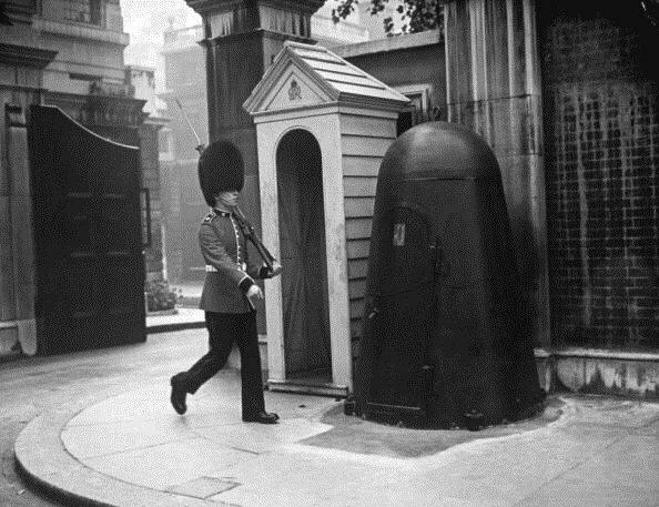 10. Индивидуальное бомбоубежище стража королевы, Лондон, 1940