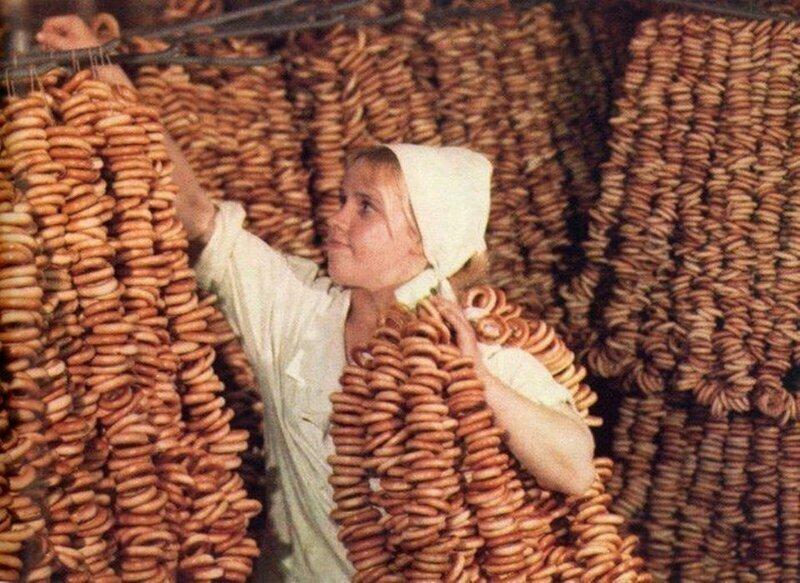 18. Наташа Филимонова - машинист на заводе бараночных изделий, 1960-е