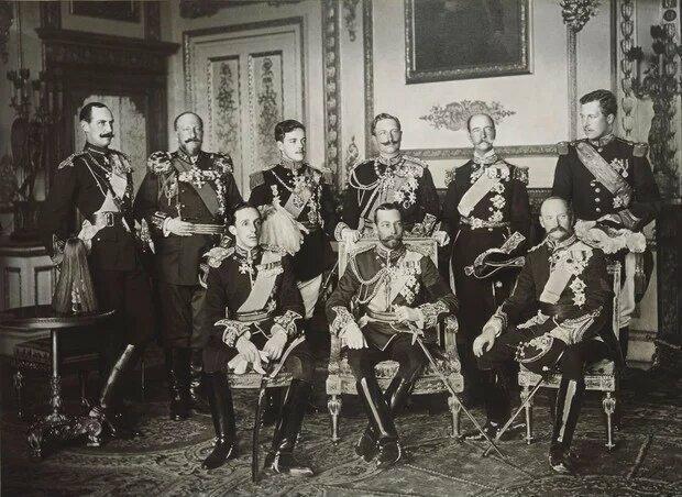 13. На этом фото сразу 9 европейских королей, кадр сделан в мае 1910 года, а уже через 5 лет они будут воевать между собой