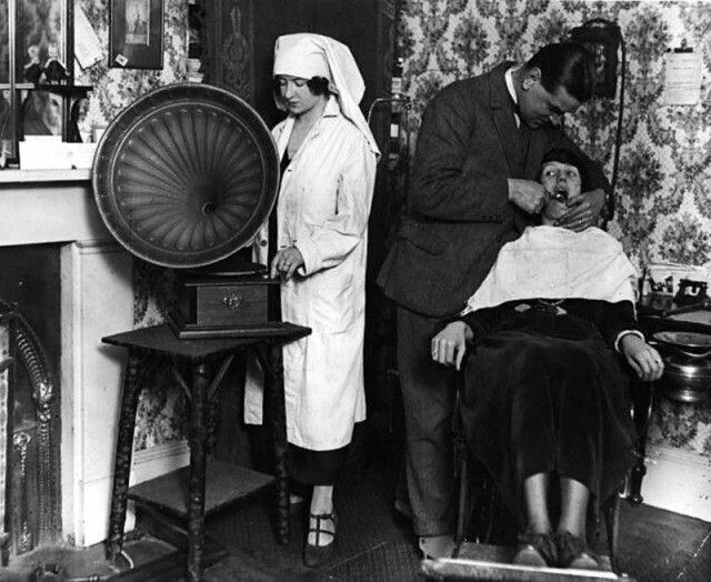 7. Так выглядел прием стоматолога в 1922 году. Жуть!