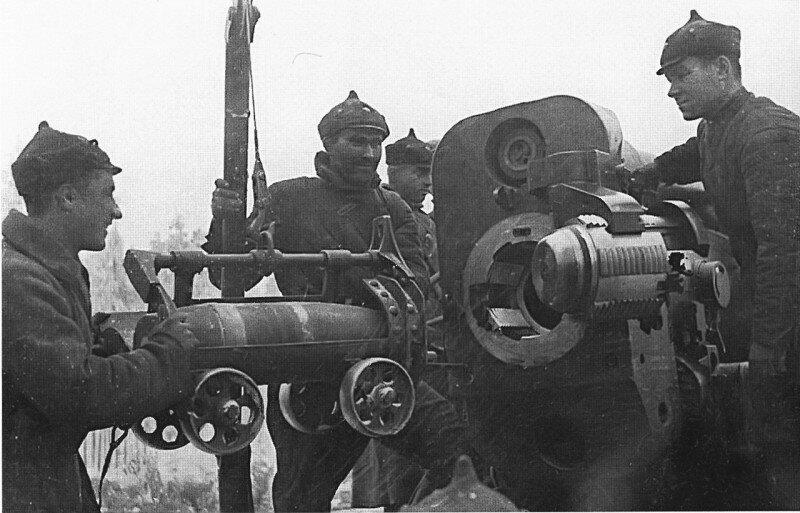 Процесс заряжания 203мм снаряда в тяжёлую гаубицу Б-4. Февраль 1940г.